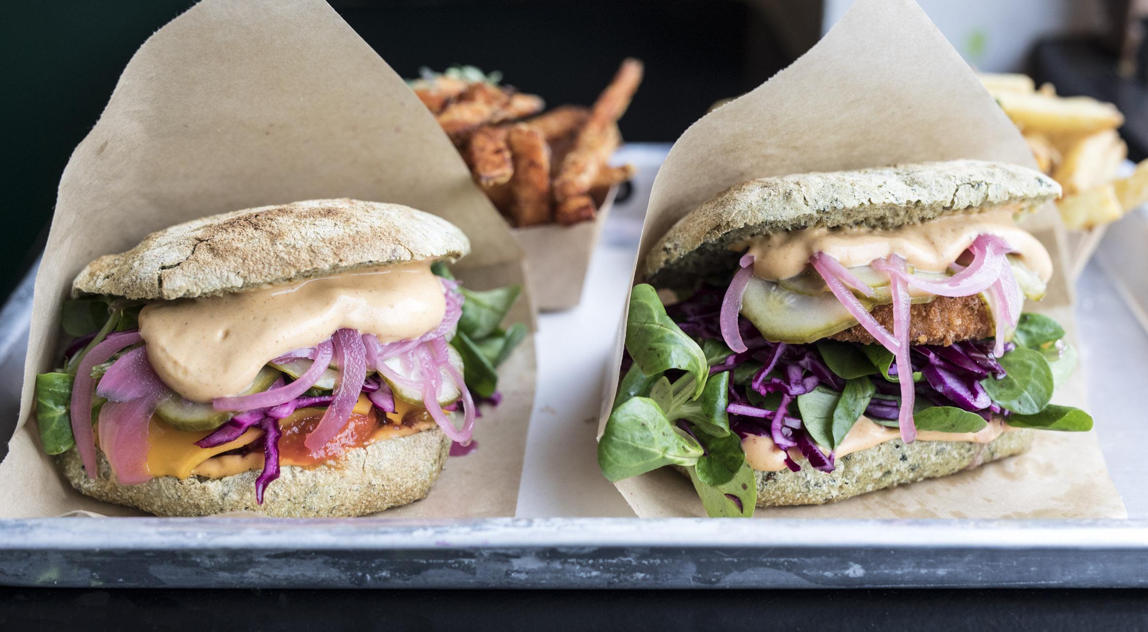 2 burgere med fritter & øko-soda hos GreenBurger – Nyd vilde veganske burgere over for Torvehallerne