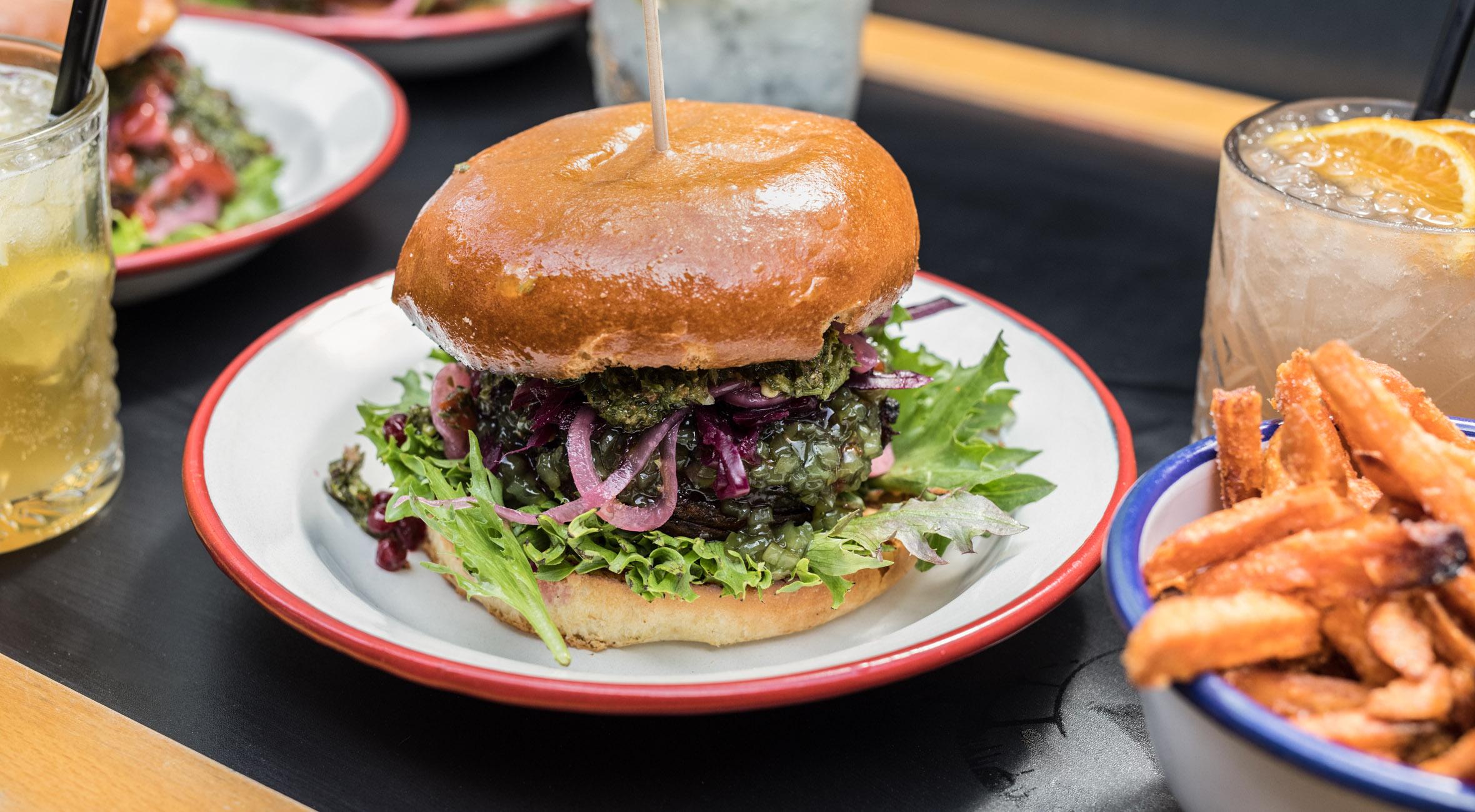 Frit valg til alt hos hippe Brazaria – Åbent grill-køkken byder på burgere, steaks, øko-vine, cocktails, special-øl og Torvehallernes største udendørsservering