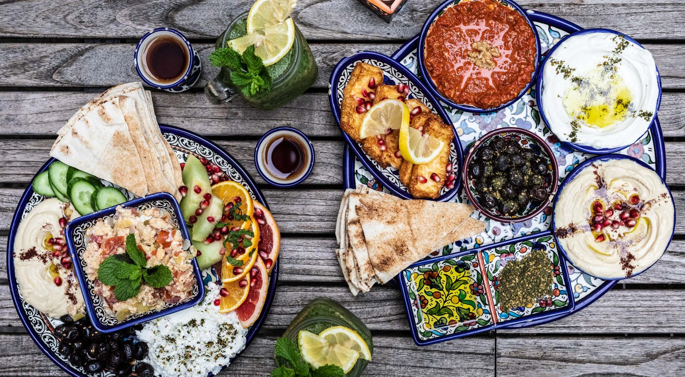 Brunch med lemonade og te for 2 personer hos Mahalle i Nansensgade – Smag vilde brunch-specialiteter fra Mellemøsten