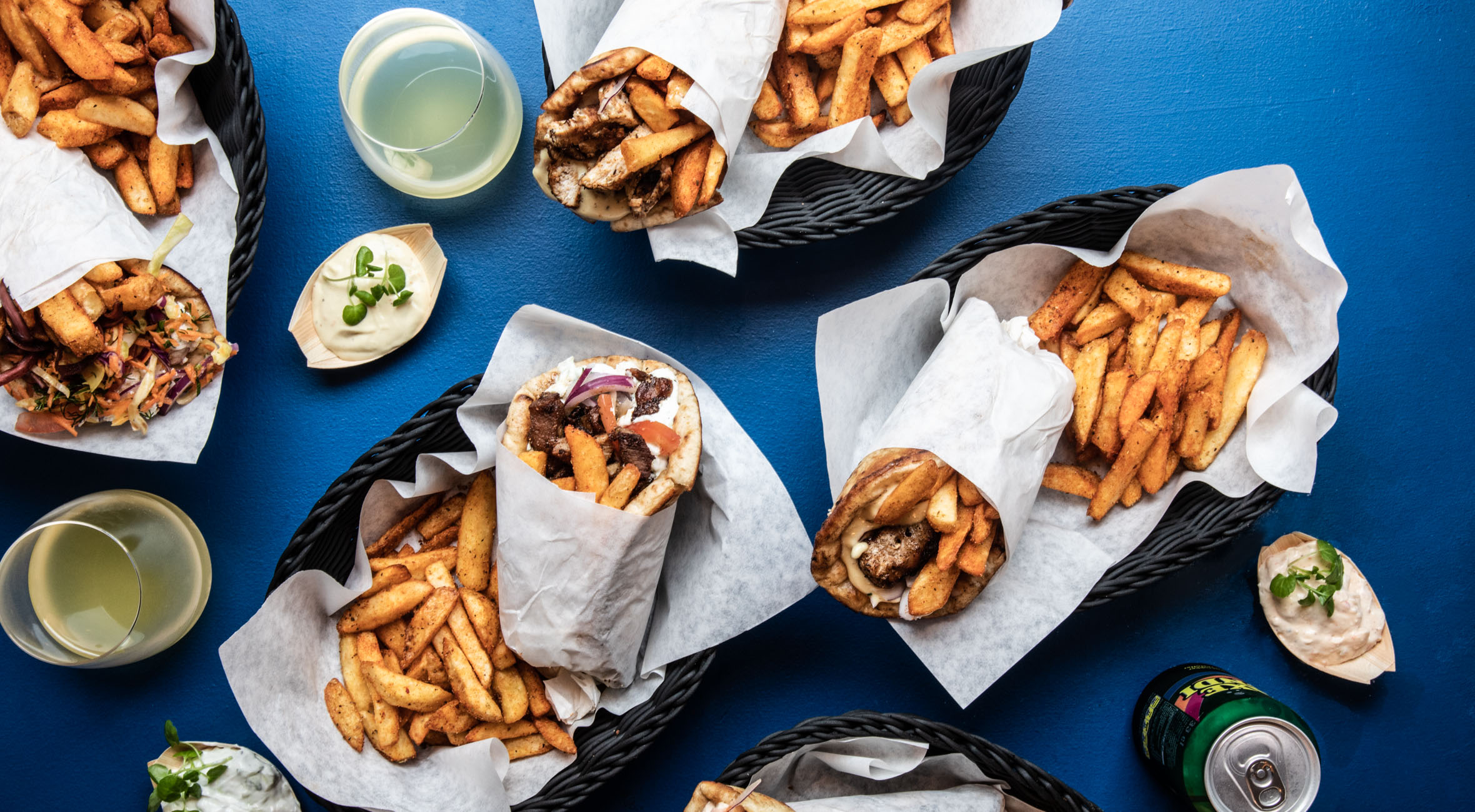 2 pita wraps med fritter, dip & soda hos Souvlaki Stories – Spisebar & take away i Indre By byder på topanmeldt græsk street food