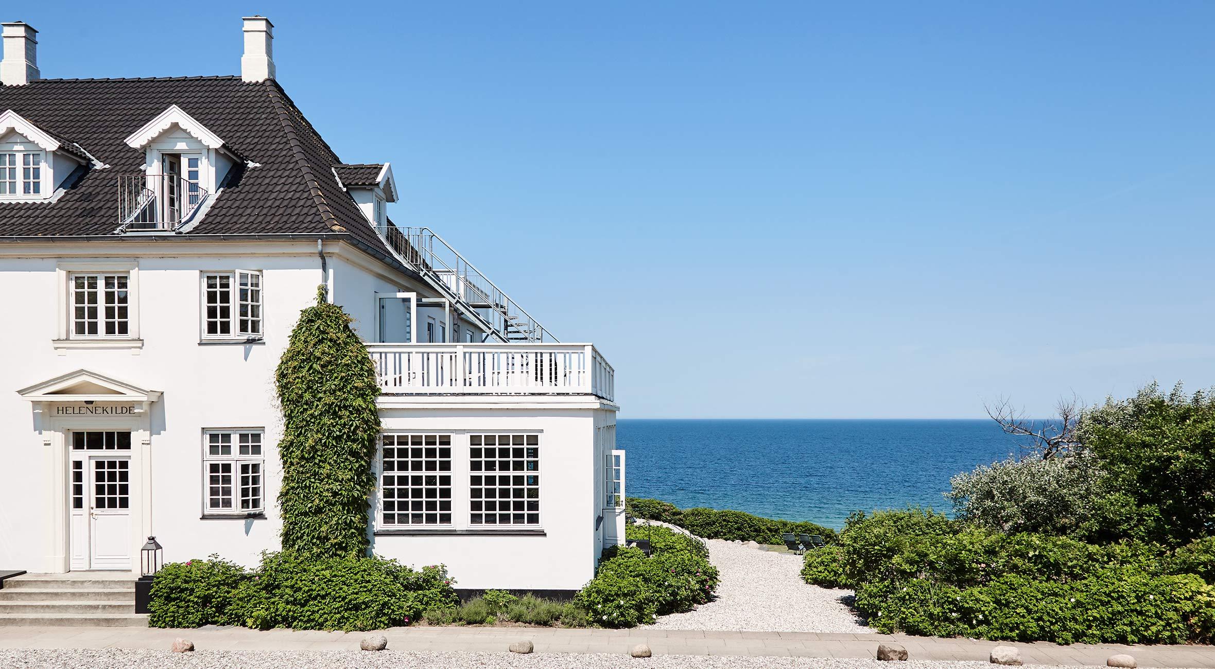 Ophold for 2 personer på Helenekilde Badehotel – Få værelse med havudsigt og balkon samt morgenmad, velkomst-champagne og snacks
