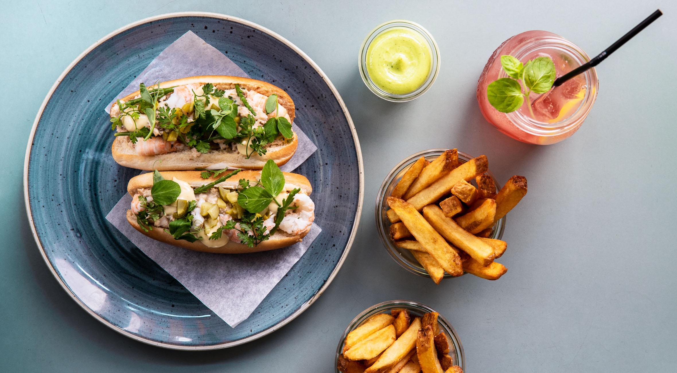 2 lobster rolls med fritter & mayo hos Spise/bar20 – Hip Nørrebro-restaurant byder på lobster rolls i seriøst hyggelige omgivelser