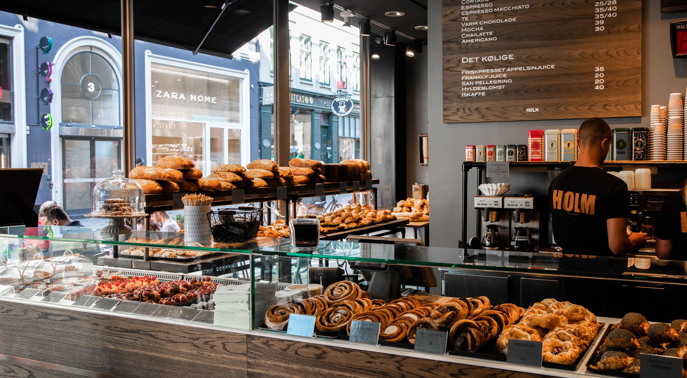 Frit valg til alt hos Holms Bager i ILLUM, på Frederiksberg og Amager – Få alt fra jordbærtærter til tebirkes, træstammer, smørbagte croissanter og surdejsbrød m.m.
