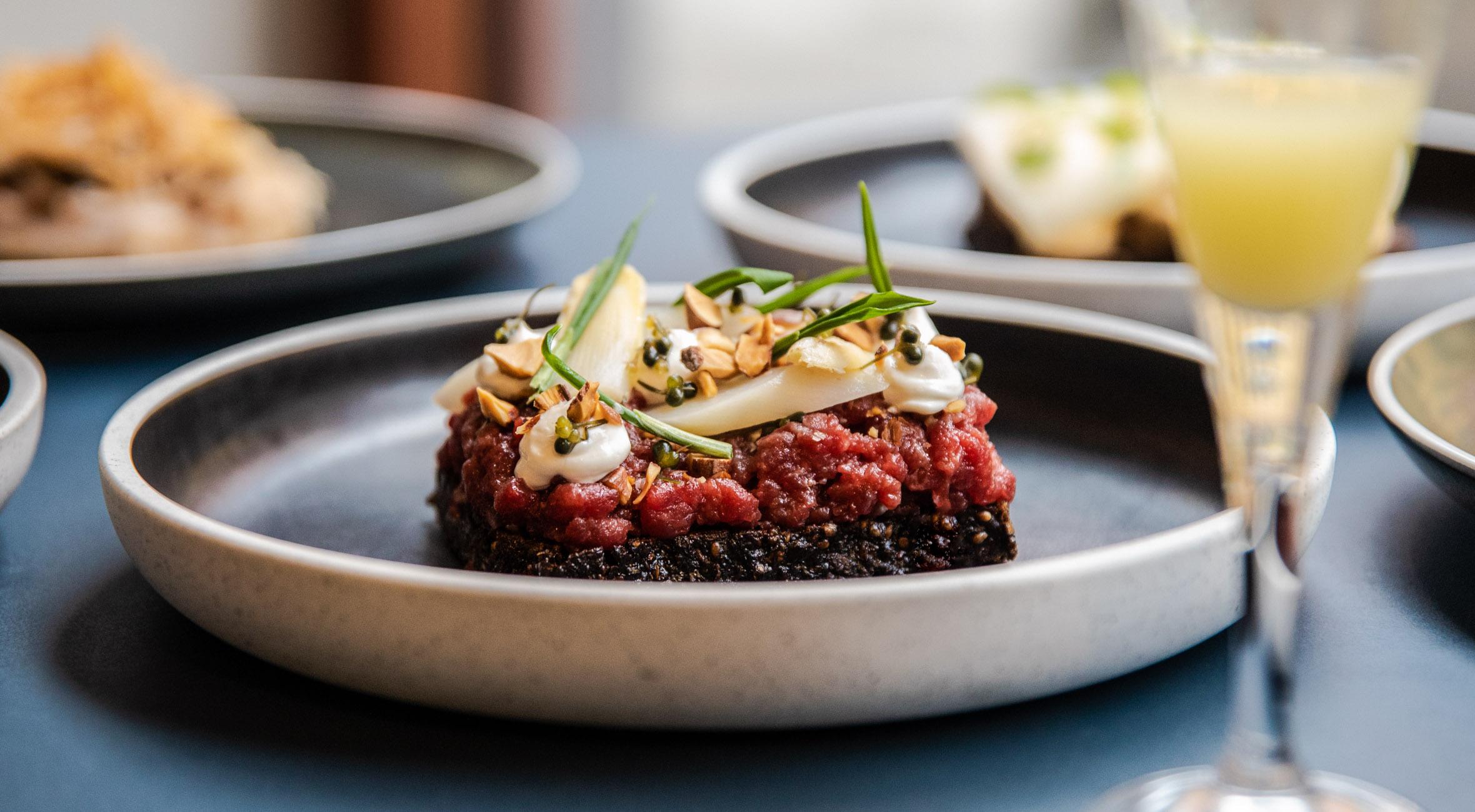 2 stk. smørrebrød hos Restaurant Mondän – Nyd overdådigt smørrebrød i smukke omgivelser på Frederiksberg