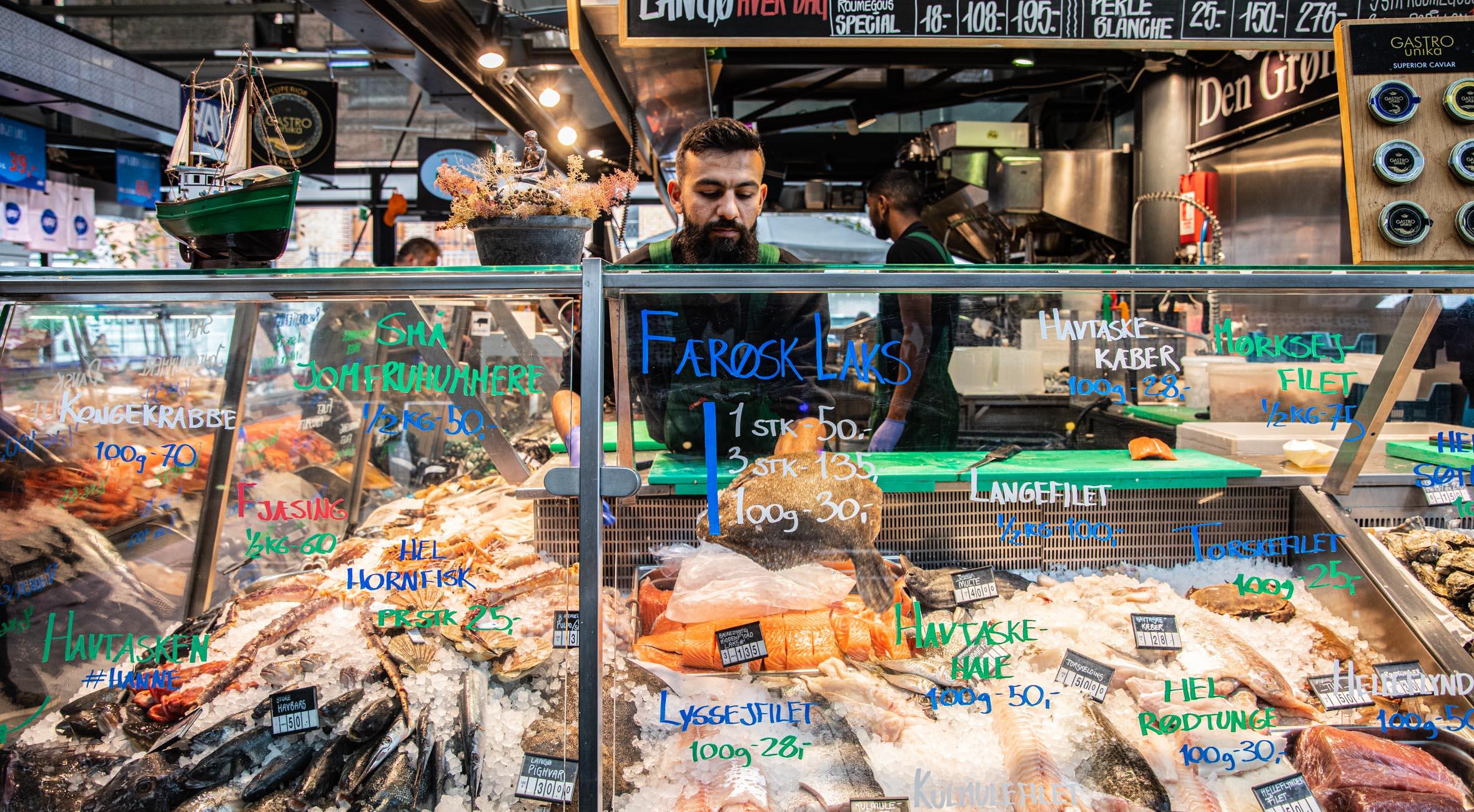 Frit valg til alt hos Den Grønne Kutter i Torvehallerne – Bæredygtig fiskeforretning byder på alt fra færøsk laks til Skagen-rejer, fiskefrikadeller og limfjordsøsters