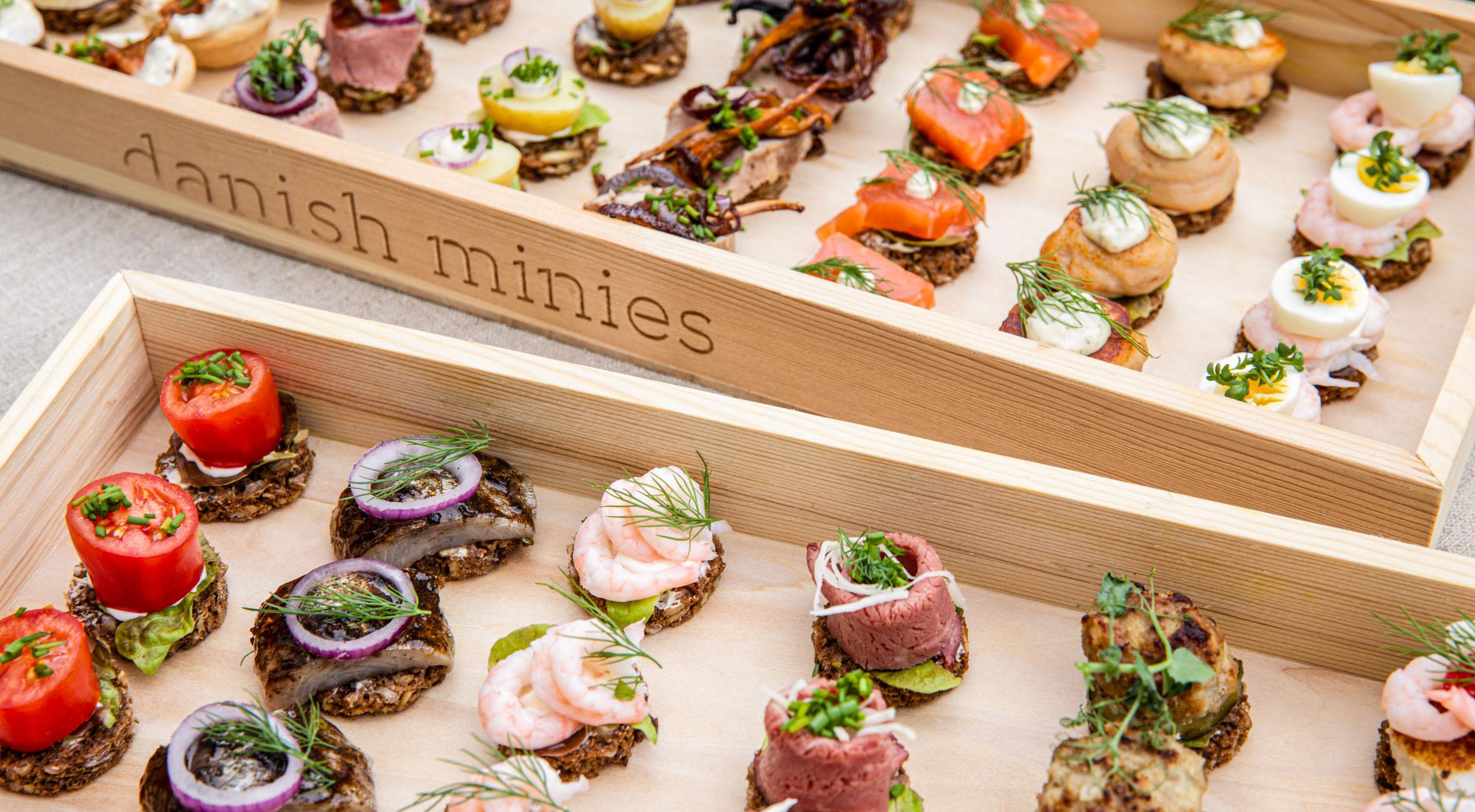 15 mini-smørrebrød fra Danish Minies – Byd dine gæster på smørrebrød i miniformat og få alt fra tatar til hønsesalat, fiskefilet, røget Fanø-laks og mørbrad med kantareller