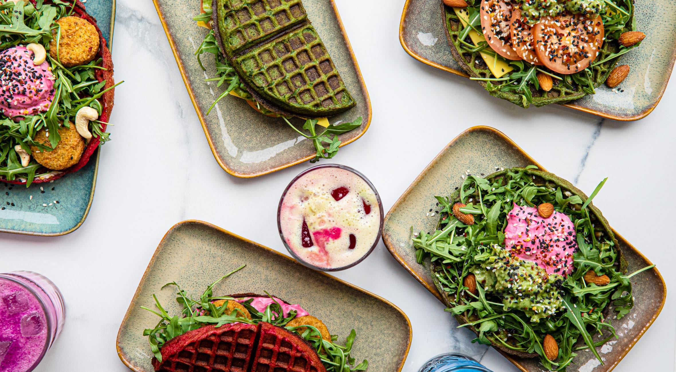 2 signature waffles + 2 drikke hos Matcha Bar i Magasin – Få superfood drikke og vafler toppet med avocado, hummus og falafel