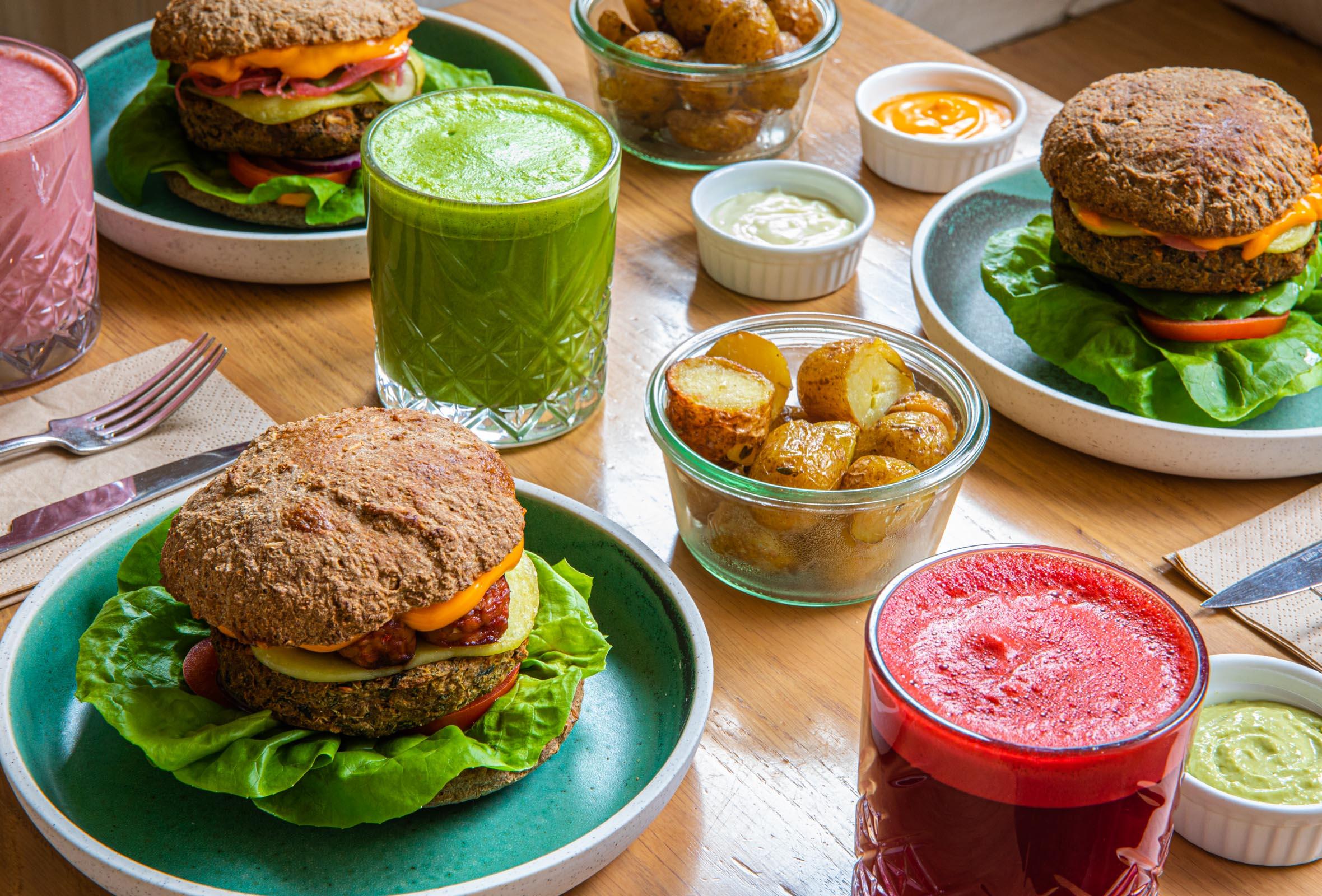 2 burgere + 2 juice / lemonade hos simpleRAW i Indre By – Veganske kokke laver nogle af byens bedste burgere