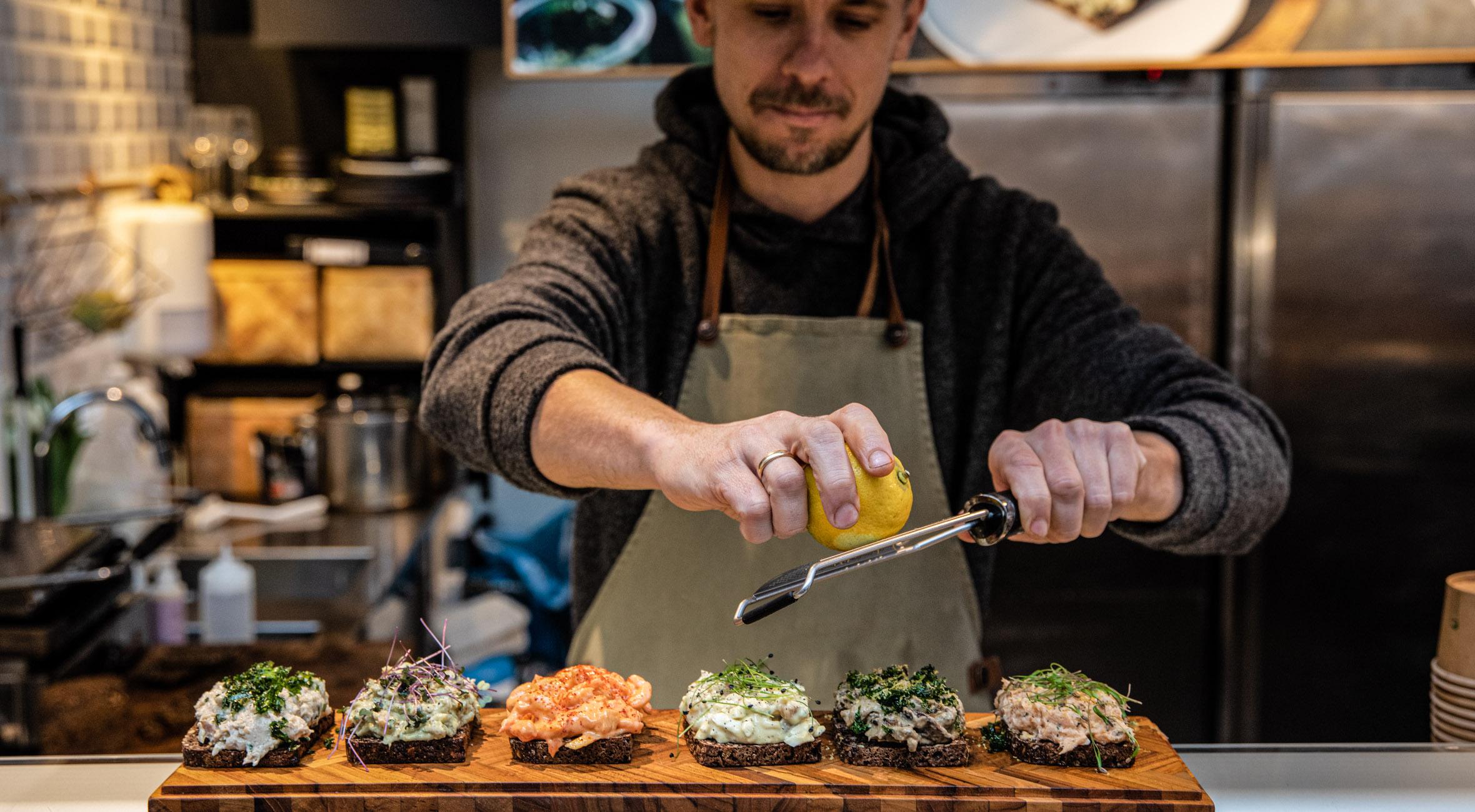 2 stk. smørrebrød hos nyåbnede RØRT i Torvehallerne – Prisvindende koncept nyfortolker den klassiske pålægssalat