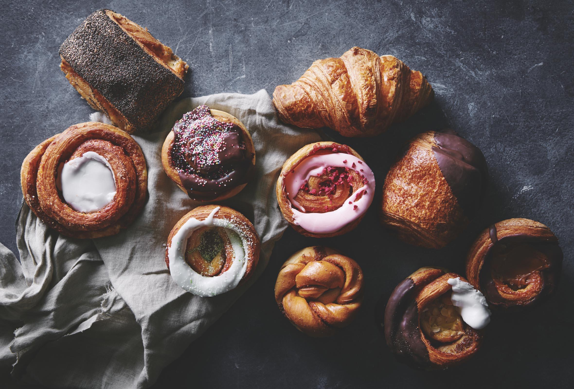 Frit valg til alt hos Lauras Bakery i Torvehallerne – Hipt bageri byder på alt fra surdejsbrød til træstammer, tebirkes, jordbærtærter, sandwich, snegle og croissanter