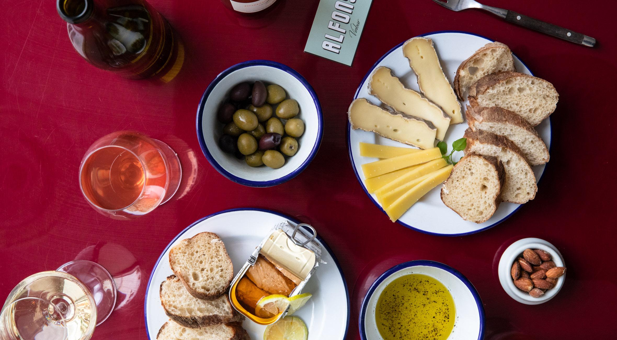 Frit valg til alt hos Alfons' – Hip vinbar pimper alt fra klassisk Nebbiolo til Riesling og funky naturvin over for Kødbyen