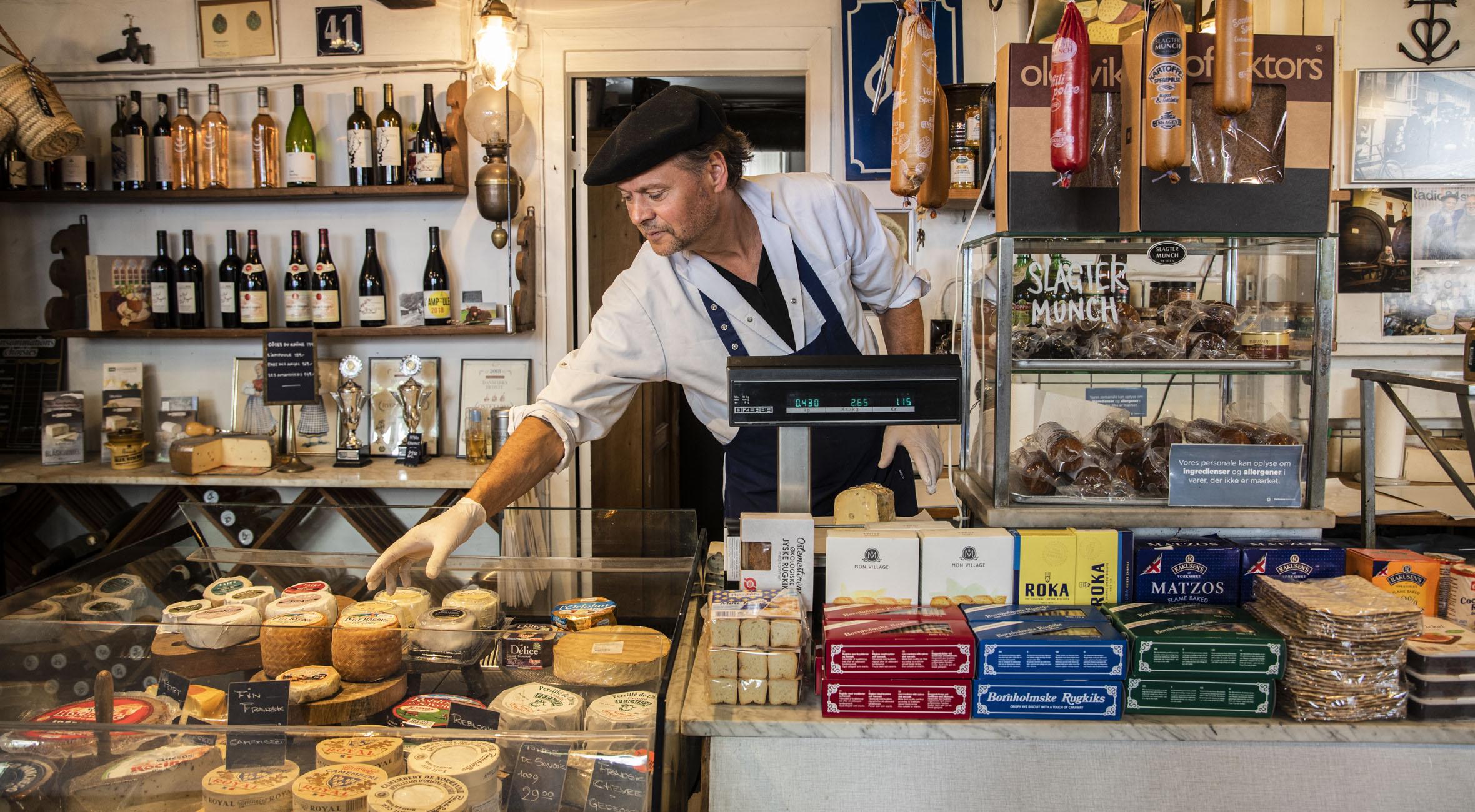 Frit valg til alt hos Ostekælderen i Indre By – Landets ældste ostebutik byder på alt fra Vesterhavsost til gruyère, burrata, lufttørrede skinker, paté og salami