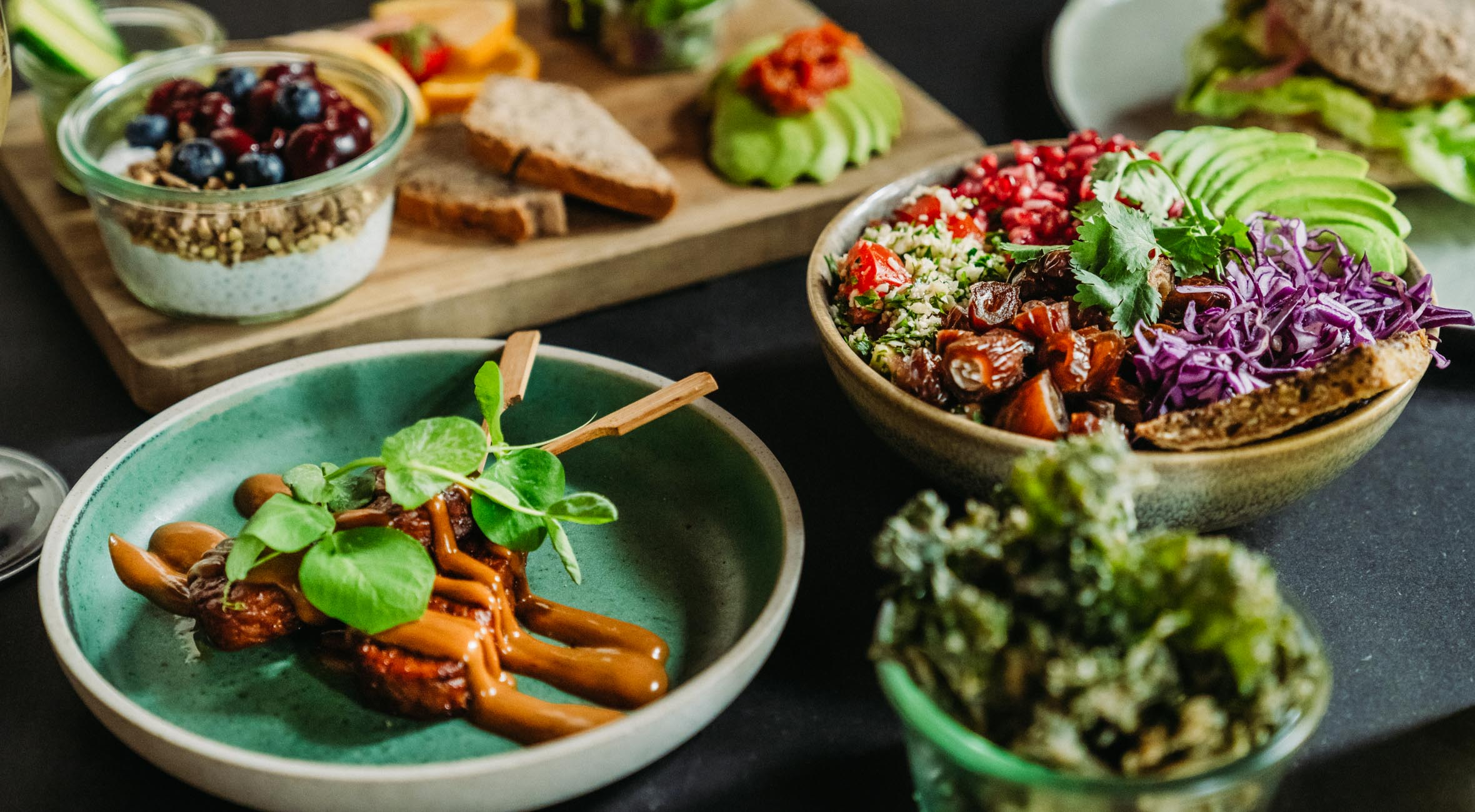 Frit valg til alt hos simpleRAW i Indre By – Få alt fra chiagrød til rispapirsruller, burgere, avocadosandwich, bowls og tempeh sticks med peanutsauce