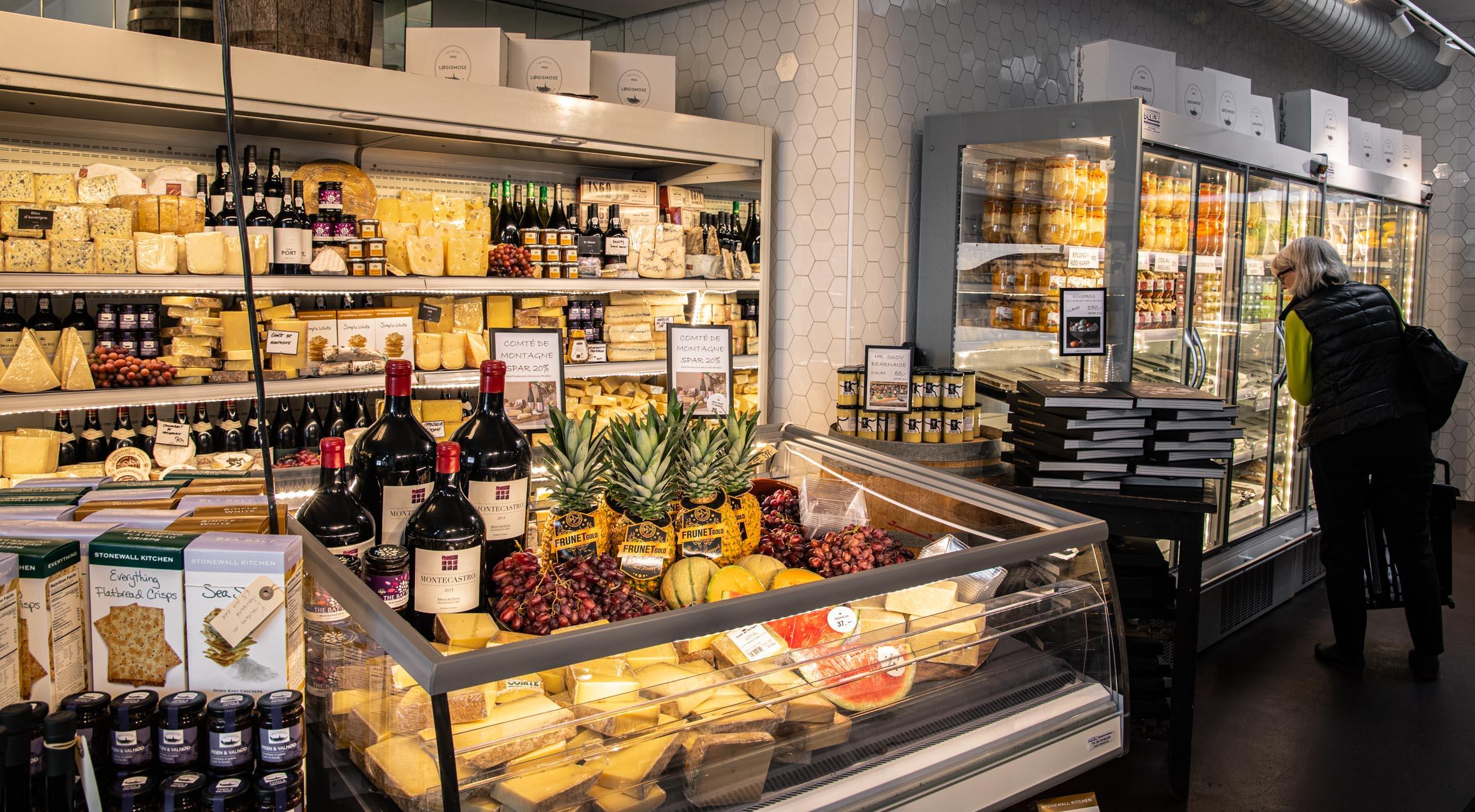 Frit valg til alt i Løgismoses gourmet-supermarked på Nordre Toldbod – 500 kvm stort madunivers bugner med alt fra håndlavede oste til charcuterie, østers, chokolade, spiritus og vin