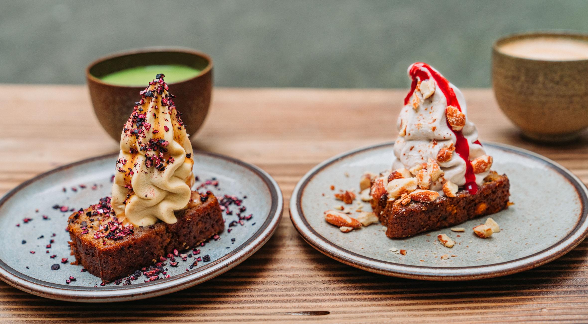 2 desserter + 2 kaffe hos Banana i Jægersborggade og på Værnedamsvej – Smag hawaiianske banana breads toppet med alt fra friske bær til nødder og is lavet på overskydende bananer