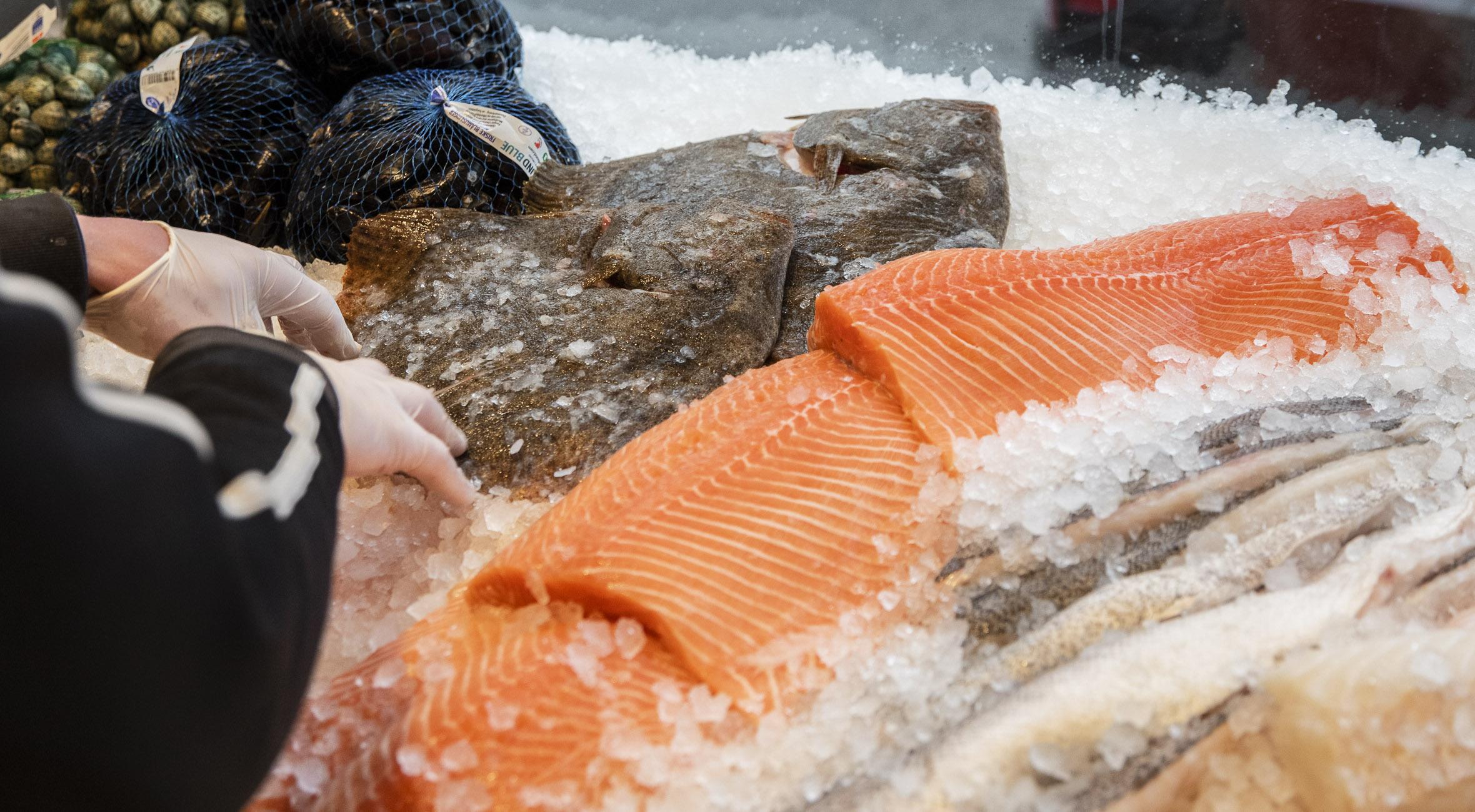 Frit valg til alt hos Valby Fisk på Valby Langgade – Få alt fra laks til rejer, fiskefrikadeller, blinis, stenbiderrogn og østers