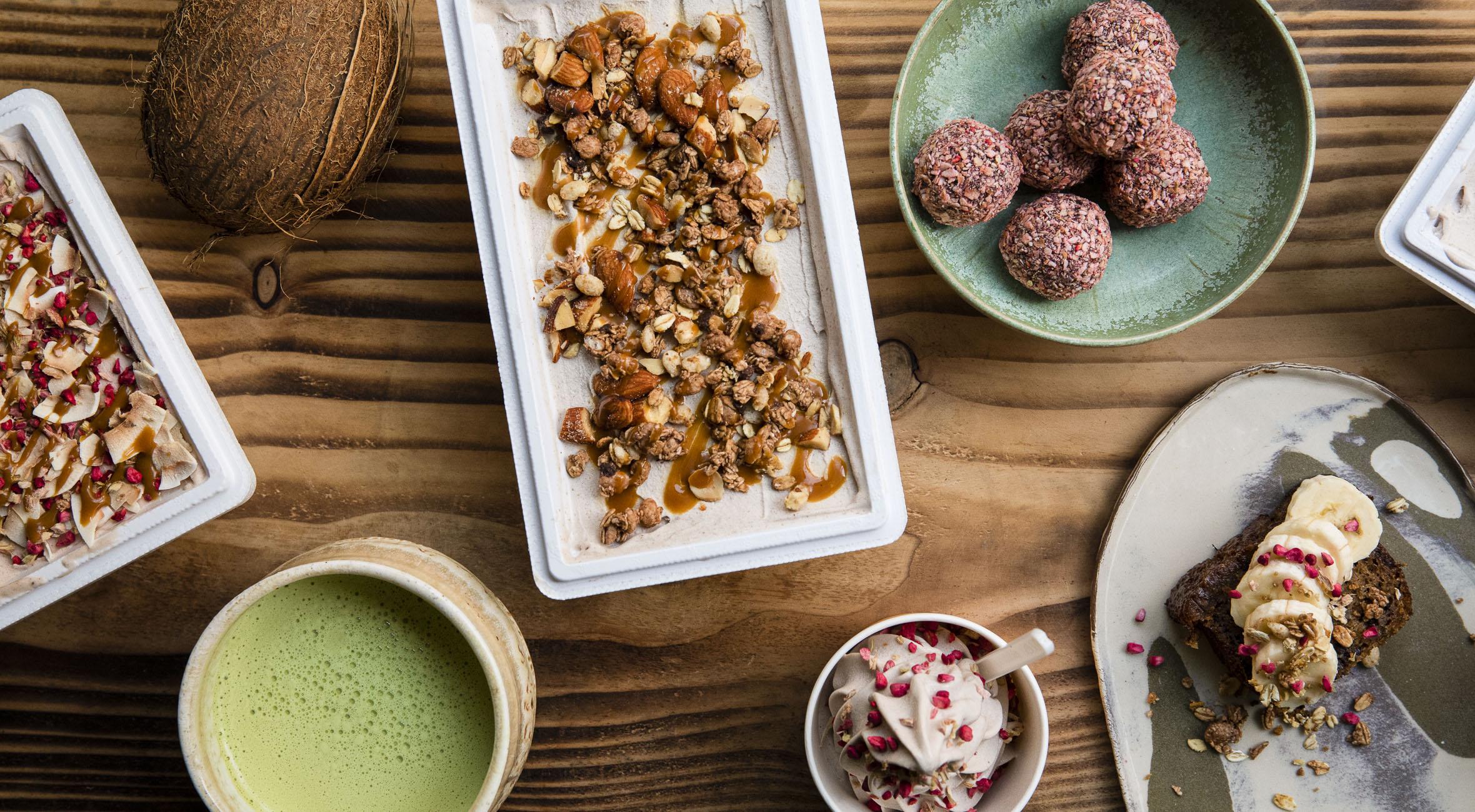Frit valg til alt hos Banana på Nørrebro – Få alt fra vegansk is i bægre & isbokse til banana bread, dadelkugler, shakes, matcha og specialty coffee