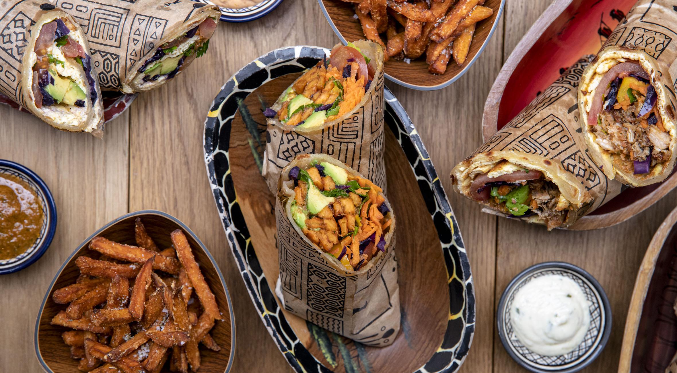2 rolex combos hos UGood i Jægersborggade – Smag afrikanske fladbrød med omelet, friskt grønt, sweet potato fries og kylling