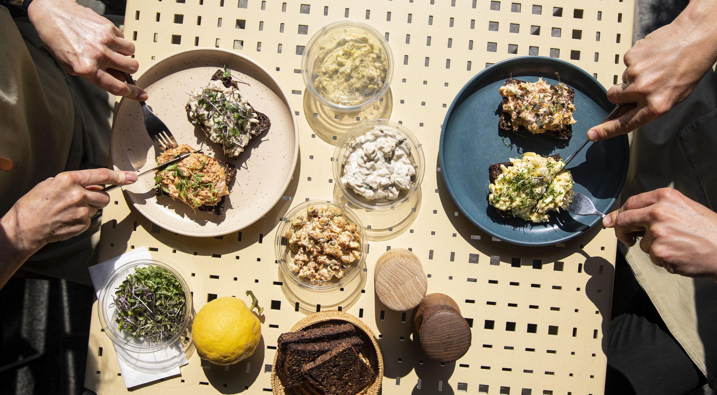 Byg-selv smørrebrød til 2 personer fra RØRT i Torvehallerne – Tag på picnic ude eller hjemme! Få picnicpose med prisvindende pålægssalater, rugbrød og mikrogrønt