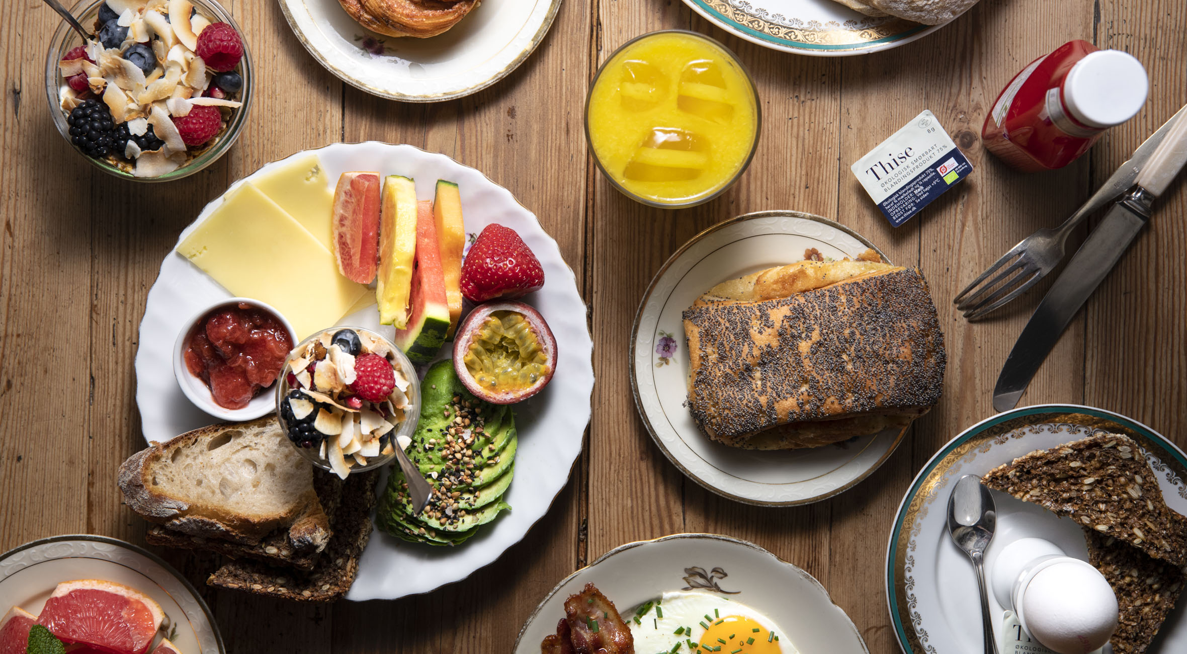 Frit valg til alt hos Kompa9 – Få alt fra pocheret æg med avocado til røræg med bacon, yoghurt, kartoffel- & avocadomadder, sommersalater og vegansk banankage