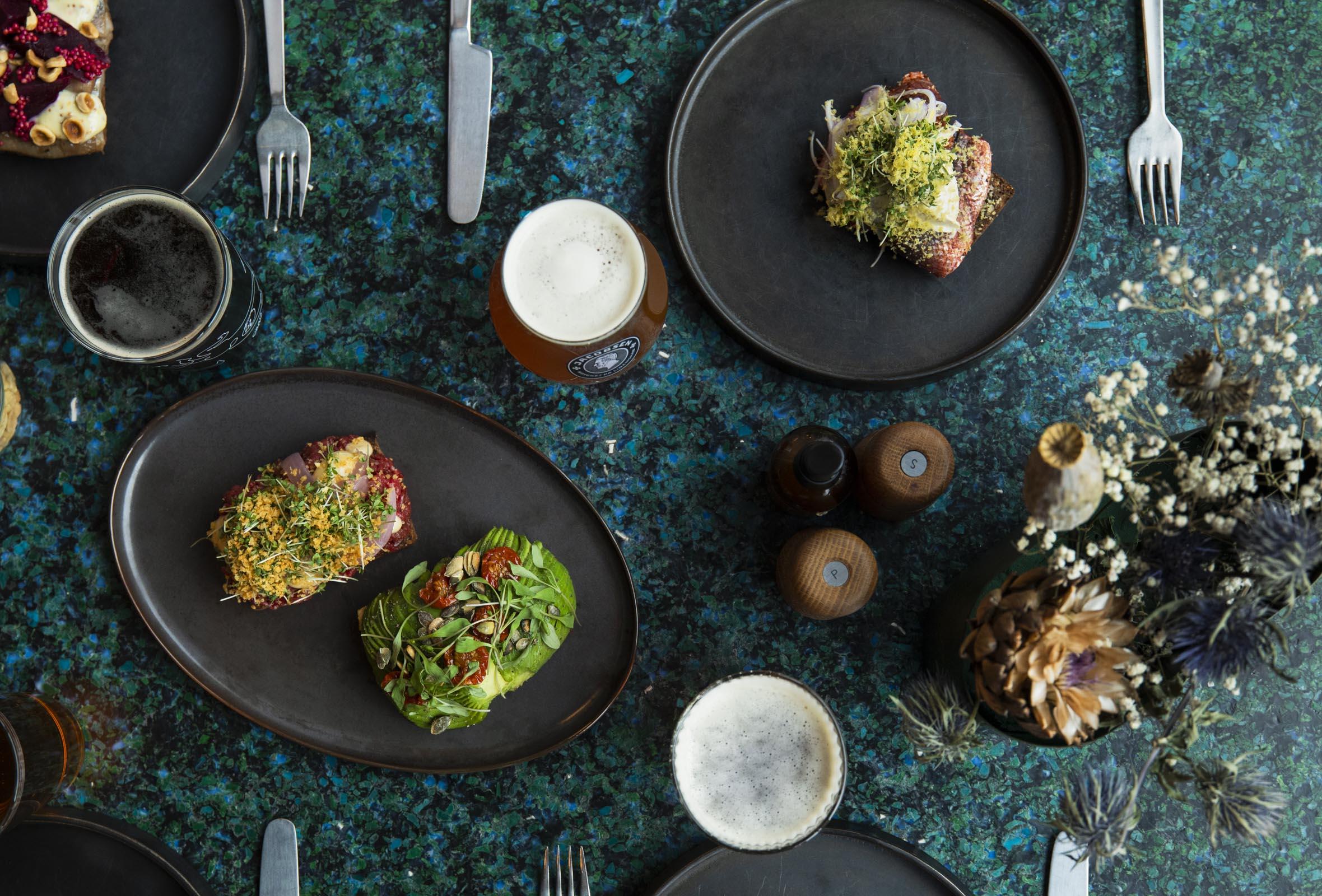 2 stk. smørrebrød + 1 fadøl hos Carls Øl- & Spisehus – Kæmpe restaurant og ølbar anbefales af alt fra Politiken til Berlingske